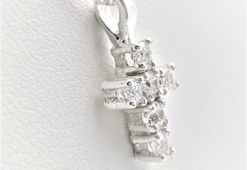 Colgante cruz con circonitas y gargantilla fabricados en plata