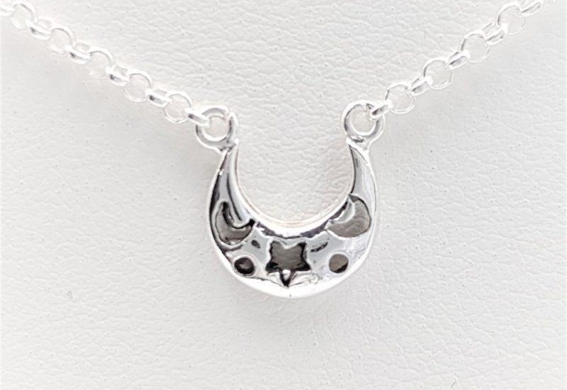 Colgante media luna y gargantilla fabricados en plata