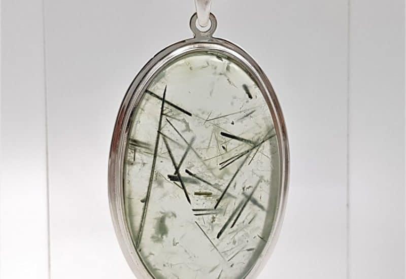 Colgante Prehnita en cabujón oval fabricado en plata de ley 925 mls
