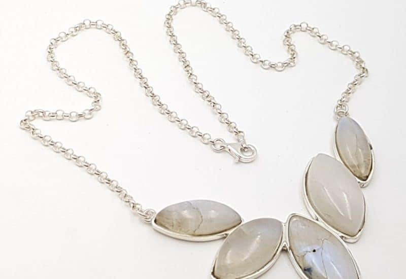 Gargantilla fabricada en plata y Piedra Luna