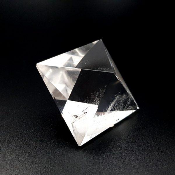 Cuarzo cristal de roca en sólido platónico octaedro