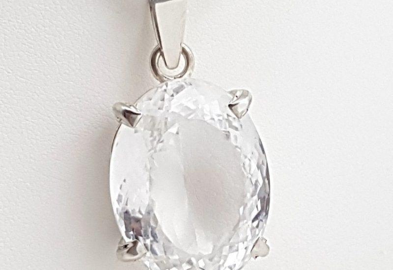 Colgante de Cuarzo Cristal de Roca fabricado en plata – talla oval