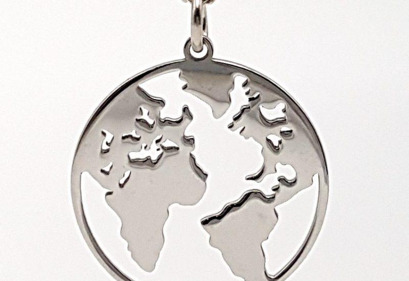 Colgante del mundo y gargantilla fabricados en plata con baño de rodio