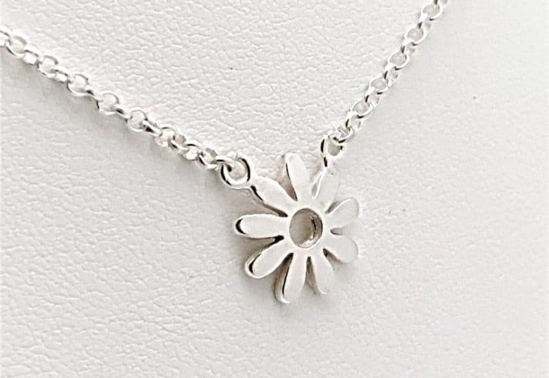 Colgante flor y gargantilla fabricada en plata