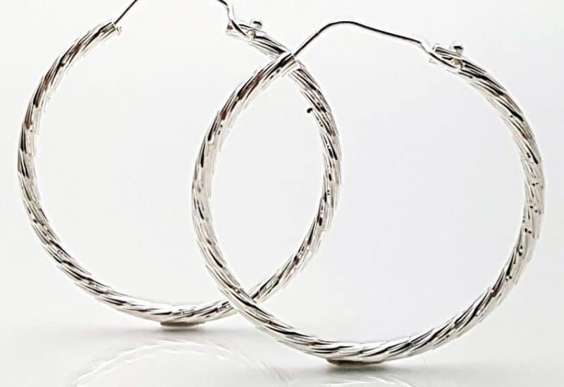 Argollas medianas fabricadas en Plata de ley 925 mls – textura de brillo