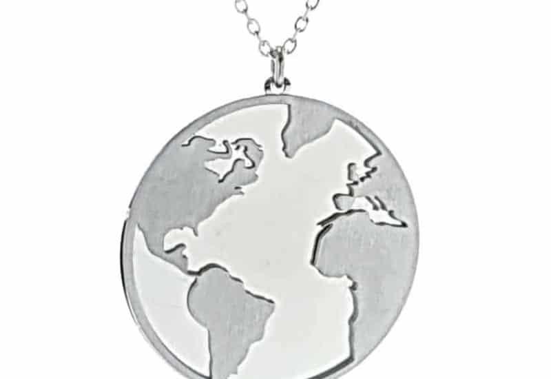 Colgante mundo y gargantilla fabricados en plata con baño de rodio