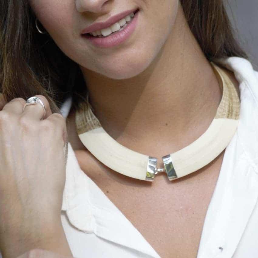 Escena colmillos de plata – gargantilla con anillo