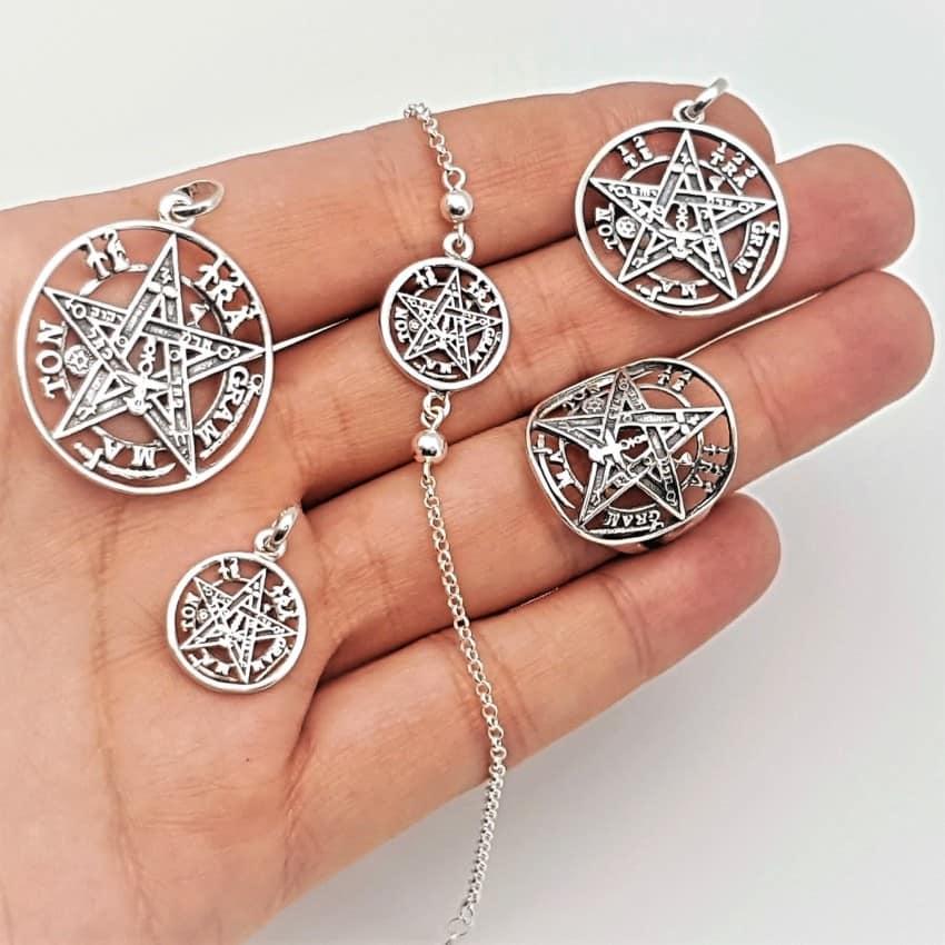 Vista de las joyas de tetragramatón en la palma de la mano para ver su tamaño