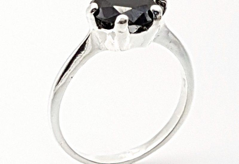 Anillo con circonita negra en plata