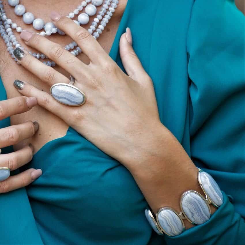Las piedras de calcedonia azul son muy usados en joyería y se tiene muy en cuenta sus propiedades.