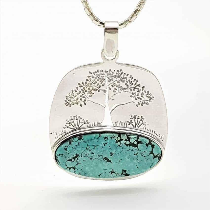 Colgante con turquesa natural y con árbol de la vida grabado en plata
