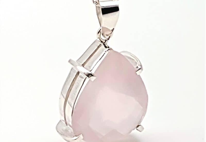 Colgante de Cuarzo Rosa fabricado en plata – talla de pera