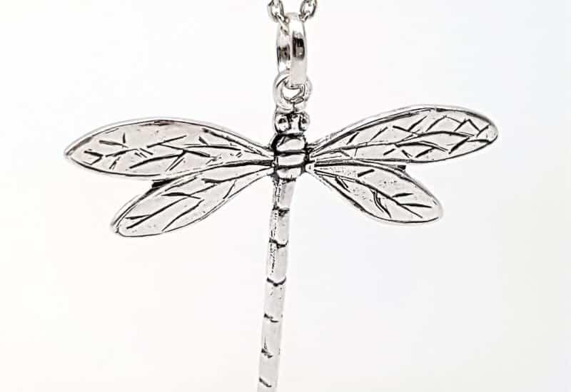 Colgante con libélula fabricado en plata