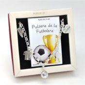 Pulsera de la futbolista en plata. Vista de la pulsera en su estuche de regalo.