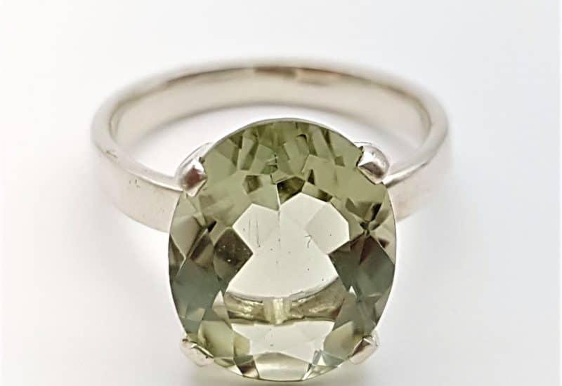 Anillo fabricado en plata con Cuarzo Prasio o amatista verde – talla oval