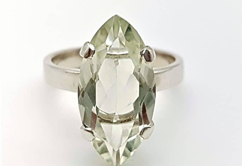 Anillo fabricado en plata y Cuarzo Prasio o amatista verde – talla marquise