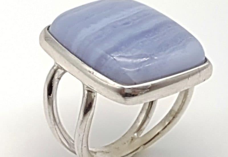 Anillo de Calcedonia Azul fabricado en plata de ley – cabujón rectangular