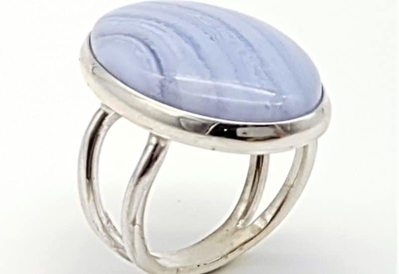 Anillo fabricado en plata de ley y calcedonia azul – cabujón oval