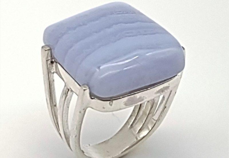 Anillo fabricado en plata de ley y calcedonia azul – cabujón rectangular
