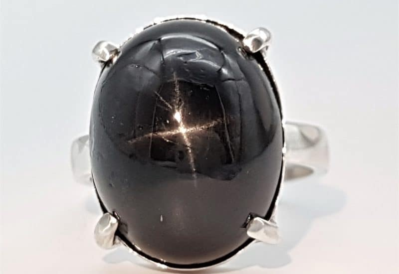 Anillo fabricado en plata con Black Star Diopside