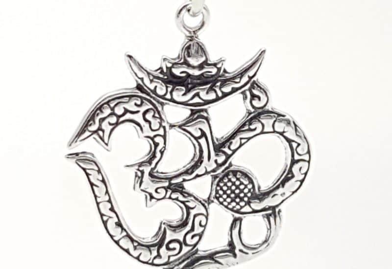 Colgante Símbolo de Ohm fabricado en plata de ley
