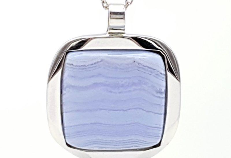 Colgante fabricado en plata y Calcedonia Azul – cabujón cuadrado