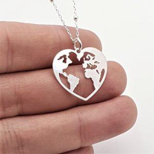 Colgante mapa del mundo en corazón y gargantilla fabricados en plata