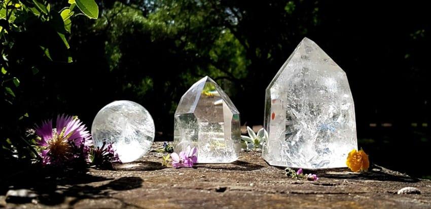 Cuarzo cristal de roca, puntas pulidas y esfera