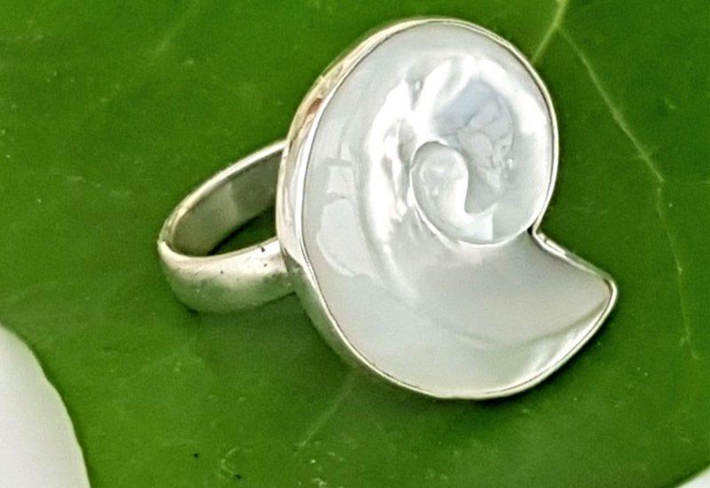 Anillo de nácar fabricado en plata de 925 mls – forma de caracola
