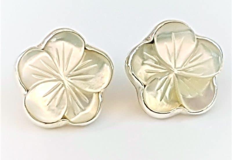 Pendientes con nácar fabricados en plata de 925 mls – florma de flor