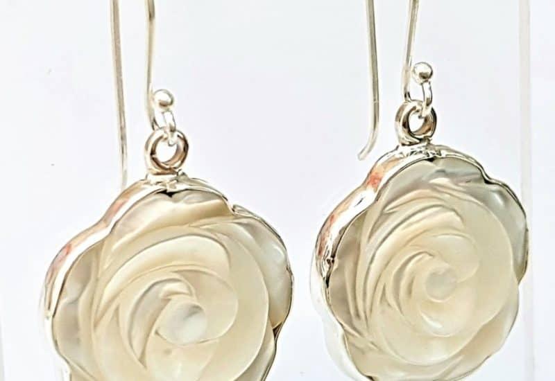Pendientes de flor de nácar en plata