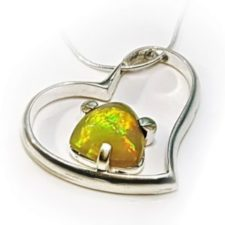 3.Colgante ópalo de Welo, Etiopía con forma de corazón de plata y cadena de 40 centímetros en cola de ratón