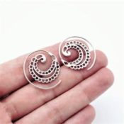 Aros étnicos de plata con diseño en espiral