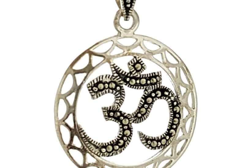 Símbolo de Om – diseño de plata envejecida con marquesitas
