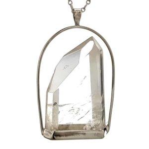 Exclusivo colgante punta de cuarzo con base hecho en plata
