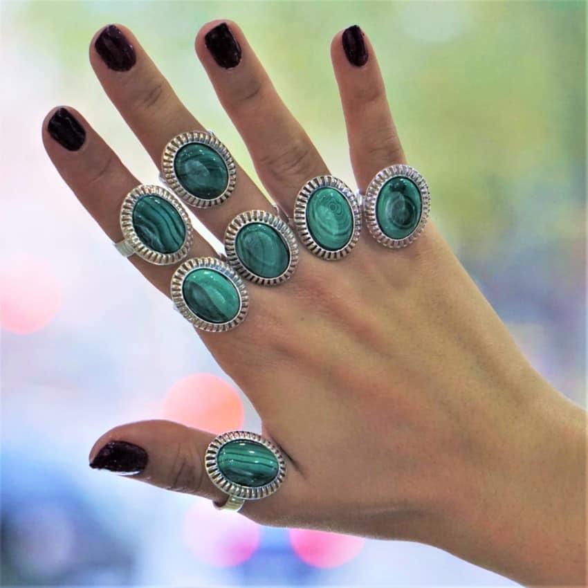Anillos de malaquita mostrados en los dedos de la mano