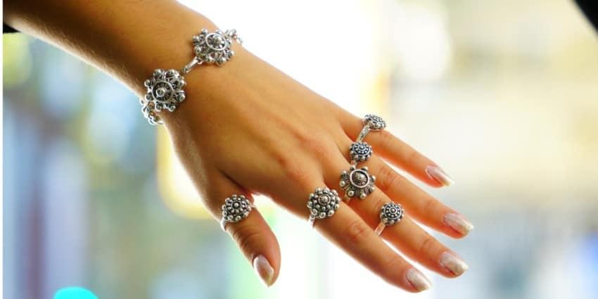Joyas de botón charro en plata 925, anillos y pulseras mostradas en muñeca y mano