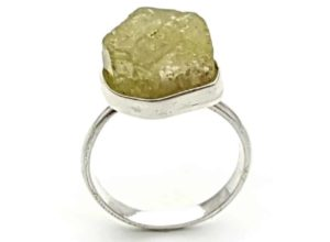 Anillo de plata con cristal hexagonal de apatito verde sin pulir en talla 19 (1)