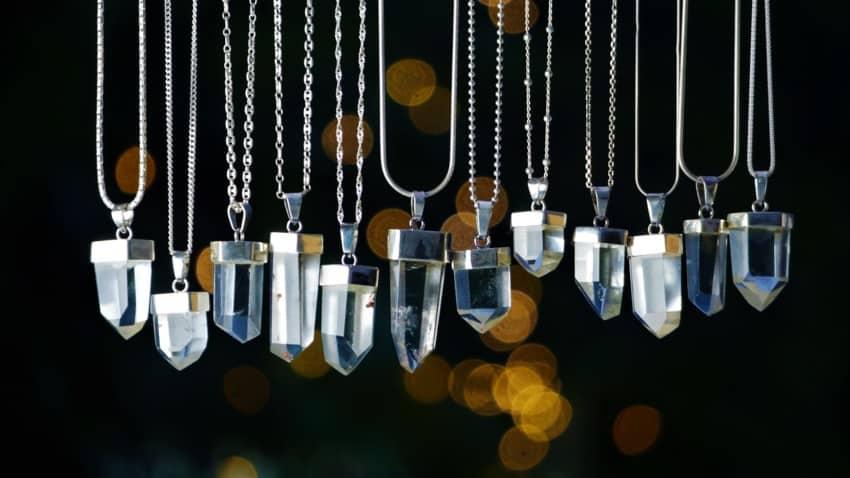 Puntas de cuarzo cristal de roca montados en plata como colgantes