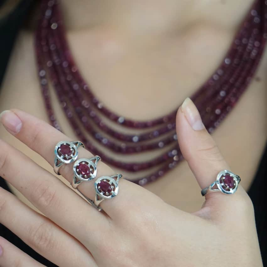 Anillos de Rubí en plata mostrados en una mano femenina
