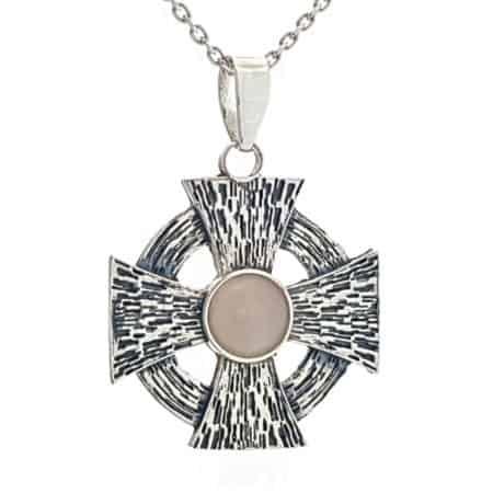 Cruz de Malta en plata con cuarzo rosa
