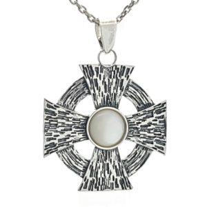 Cruz de Malta en plata con nácar