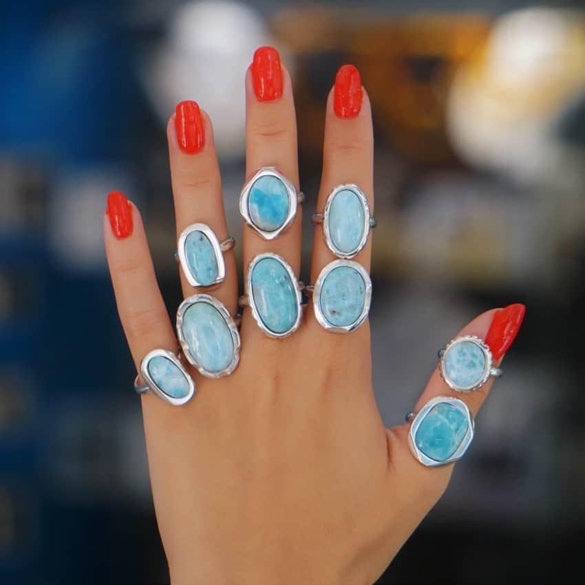Espectacular mano llena de anillos de larimar.