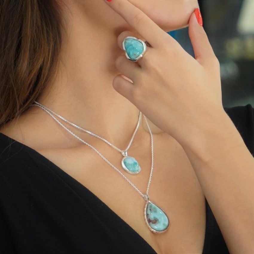 Así lunen las joyas de larimar en plata, colgantes, anillos, pulseras y otros complementos