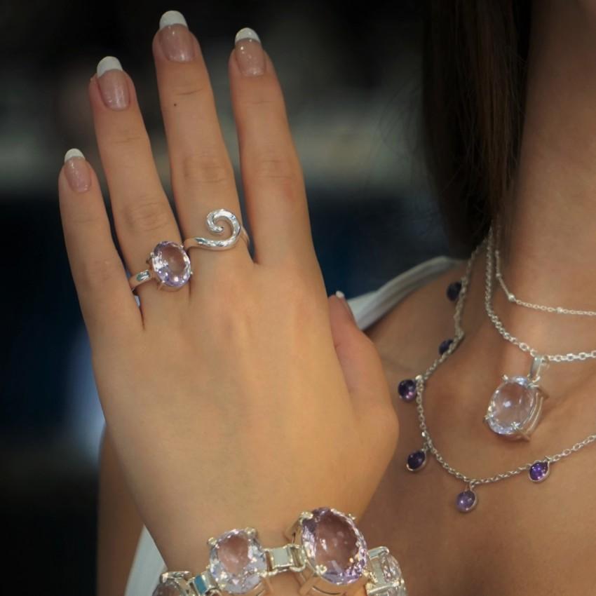 Anillo de amatista combinado con otras joyas como gargantillas y pulseras de amatista