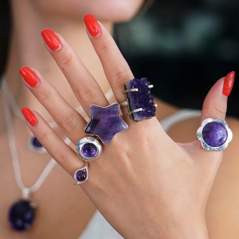 Selección de anillos de cuarzo amatista. Anillos con piedras redondas, de estrella y drusa natural sin pulir.