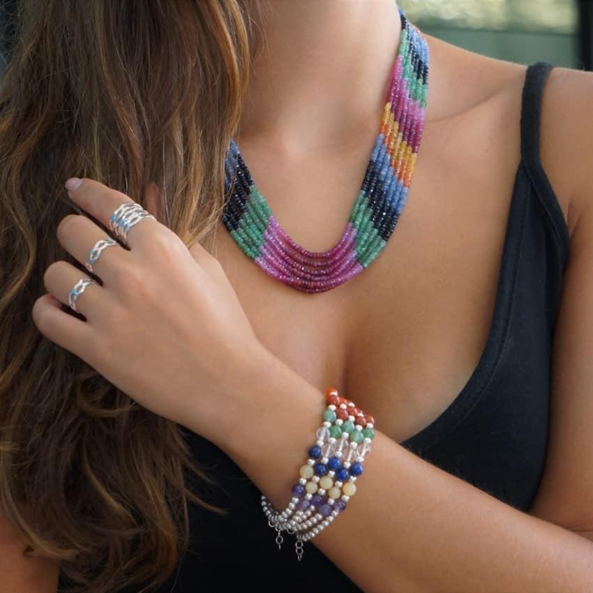 Combinando pulsera de los chakras de plata con collar de rubí, esmeralda y zafiro