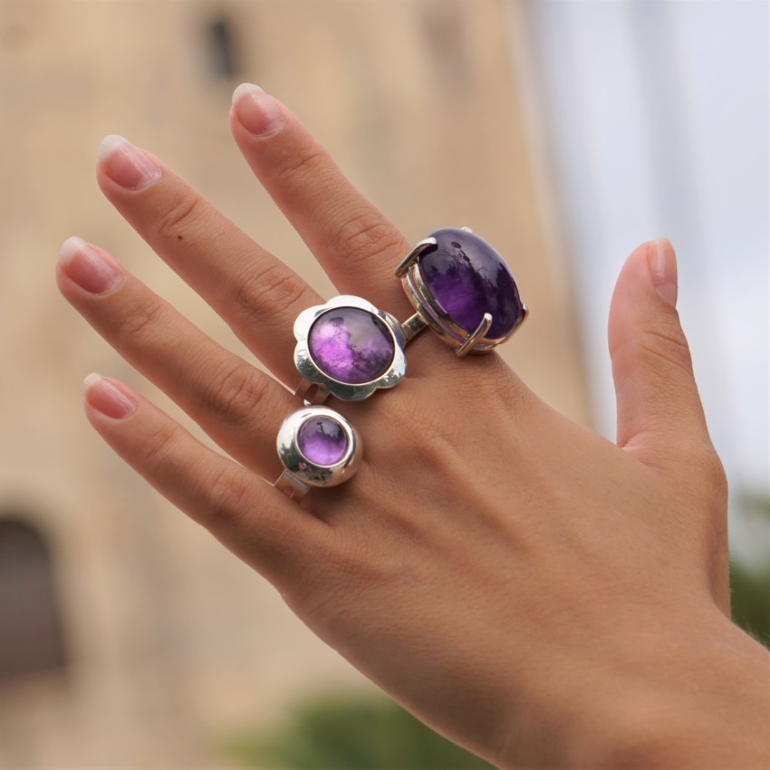 Mostrando anillos junto a la Torre del Oro en Sevilla