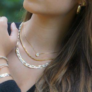 Joyas chapadas en oro, gargantillas tricolores, cadena veneciana y lágrima de circonita.