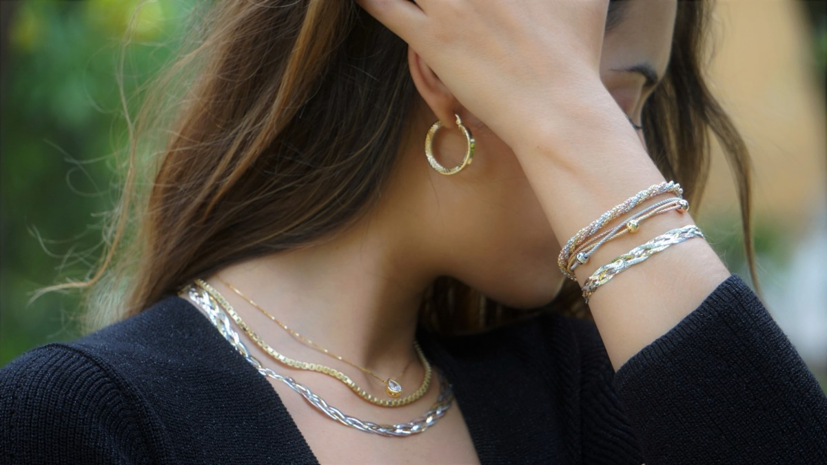 Añade un aire fresco a tus complementos con las joyas de plata chapadas en oro